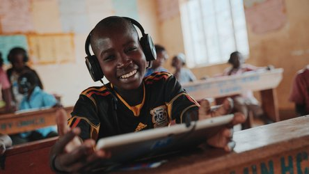 Tablet education - Can't Wait to Learn - War Child in Uganda